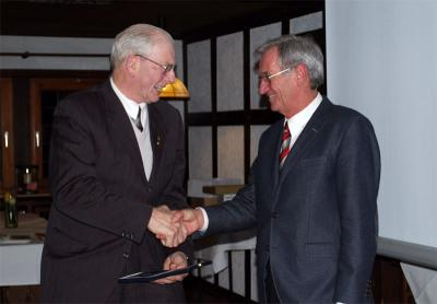 Foto zur Meldung: Willrich Mennenga mit der Gustav-Rau-Medaille ausgezeichnet