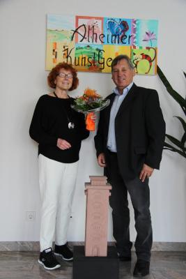 Irmgard Fuchs-Häger übergibt die Alheimerturm-Skulptur an Bürgermeister Lüdtke
