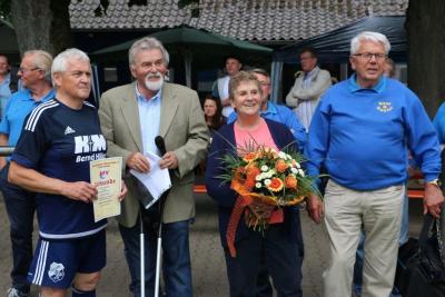 Der Fußball-Kreisvorsitzende Heinrich Eickhoff (Dritter v.l.) zeichnete Strube für seine langjährigen Verdienste um den Fußball mit der Silbernen Ehrennadel des NFV aus. Strubes Ehefrau Renate (Zweite v.r.) freute sich über einen schönen Blumenstrauß
