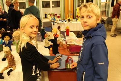 Foto zur Meldung: Volles Versammlungshaus bei Puppen-Vernissage