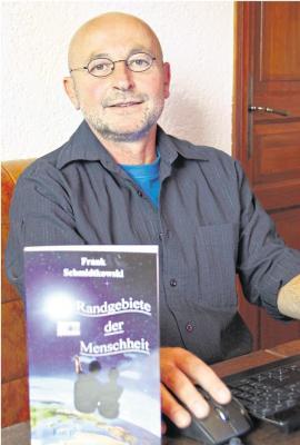 Frank Schmidtkowski am Schreibplatz. Auch sein Wohnort Oberneisen spielt in seinem Kriminalroman eine kleine Rolle. Die Leser können gespannt sein. Foto: Uli Pohl