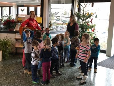 Foto zur Meldung: Kita Velpke schmückt Weihnachtsbaum