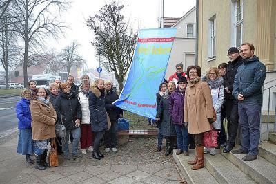 Mit der Aktion vor dem Falkenseer Rathaus wird seit Jahren ein sichtbares Zeichen gegen Gewalt an Frauen gesetzt.