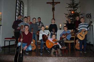 Foto zur Meldung: Gitarrenweihnacht in Pogress - Musikschüler wünschen eine schöne Adventszeit