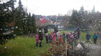 Foto zur Meldung: Kinder der Kita Pusteblume schmücken Weihnachtsbaum
