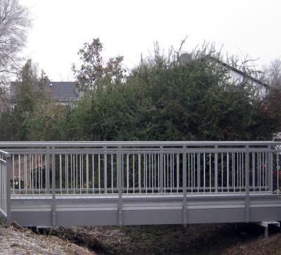 Foto zur Meldung: Neue Fußgängerbrücke über den Waldwiesengraben an der Kindertagesstätte Schwanenstraße