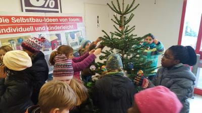 Boules de Noël et sapin décoré - Classe 5b