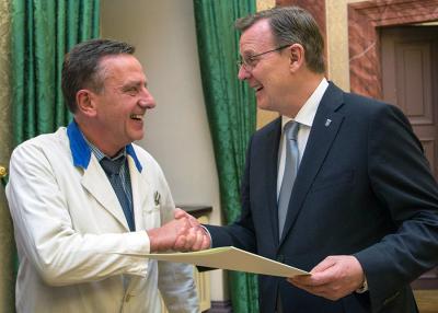 Händedruck und Urkunde: Ministerpräsident Ramelow (rechts) gratuliert Peter  Müller zum Bundespreis. Foto: Paul-Philipp Braun