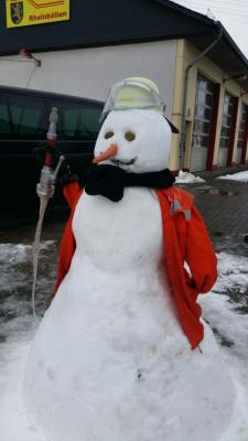 Foto zur Meldung: Feuerwehr baut Feuerwehrschneemann
