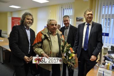 Foto: Landrat Siegurd Heinze (r.) begrüßt gemeinsam mit dem Vorstandsvorsitzenden der Sparkasse Niederlausitz Lothar Piotrowski (2.v.r.) sowie dem Bürgermeister der Stadt Calau Werner Suchner (l.) Volker Schmidt vom Autohaus Liebsch in Lübben (2.v.l.) als