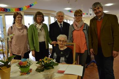 Die Jubilarin Anna Bardt mit Karsten Korup (r.), Waltraud Neumann (2.v.l.) und Angehörigen. I Foto: Christiane Schomaker