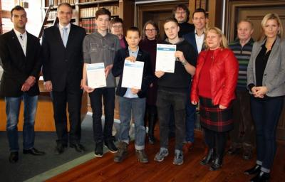 """Foto zur Meldung: Oberbürgermeister zeichnet Sieger beim Wissensquiz """"Wirtschaftswissen im Wettbewerb"""" aus"""