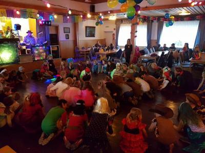 Foto zu Meldung: Kinderfasching Tag 2: 7-12 jährige Tanzen was die Tanzfläche hergibt