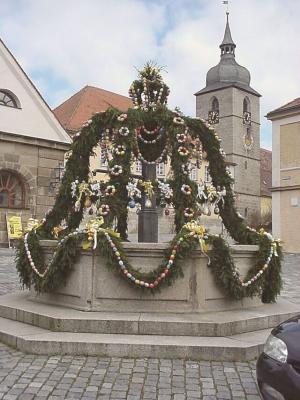 Osterbrunnen am Marktplatz in Creußen