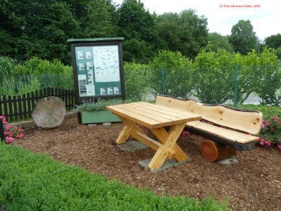 Foto zu Meldung: Unsere Sitzgruppe am Teich wurde von unserem 1. Vorsitzenden Horst Breer restauriert, Der Tisch wurde neu gekauft.
