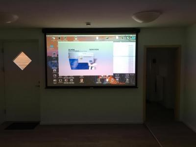 Foto zur Meldung: Neue Beamer-Leinwand im Bürgerhaus