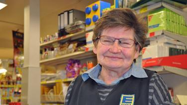 Gisela Lender - Seit mehr als 50 Jahren betreibt sie den Supermarkt in unserer Gemeinde.