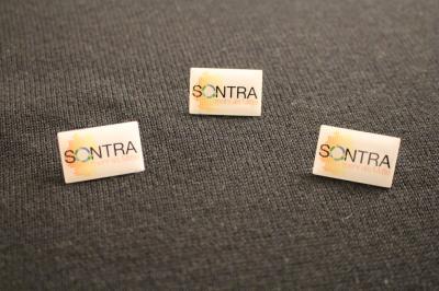 """Der 25mm x 15mm große Sontra-Pin mit dem neuen Logo """"Sontra … mehr als Mitte"""" ist ab sofort im Bürgerbüro der Stadtverwaltung erhältlich"""