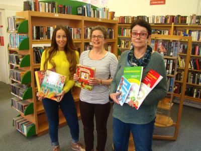 Susi Rohfeld, Grit Scheler und Elfriede Böttger bei der Übergabe der Bücher