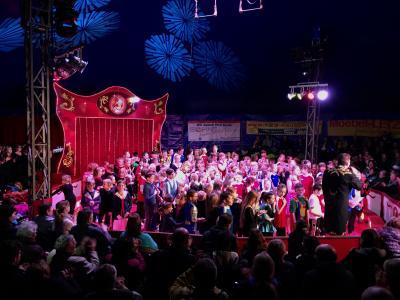 170 kleine Zirkuskünstler begeisterten das Publikum.