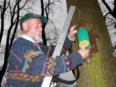 Karl-Heinz Storch bei der Kontrolle eines Nistkastens