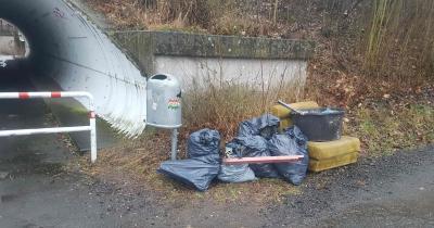 Fleißig waren zwei Freiwillige, die für eine saubere Umwelt eine kleine private Abfallsammelaktion in der Edmund-Seng-Straße organisierten. Foto:privat