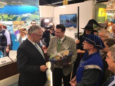 Landrat Thomas Ebeling übergibt Innenminister Herrmann den neuen Geschenkkorb mit Produkten aus dem Oberpfälzer Seenland