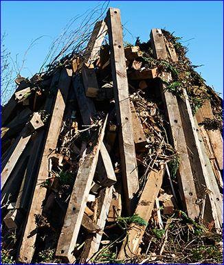Vorschaubild zur Meldung: Holz fürs Osterfeuer. Feuerwehrleute nehmen auf dem Schützenplatz Brennmaterial an