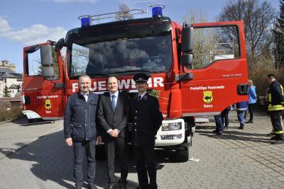 Staatsminister Thomas Schmidt gratuliert Gemeindewehrleiter Marcel Kroll und Bürgermeister Robert Haslinger zum neuen Fahrzeug.