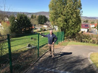 Vorschaubild zur Meldung: Neuer Zaun auf dem Friedhof Aufenau