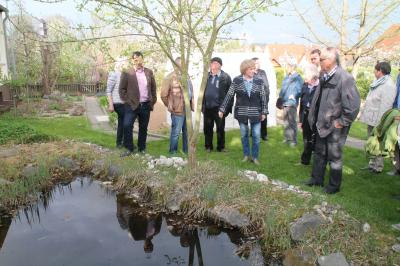 Die ehemalige Schulleiterin der Ronneburgschule, Johanna Scheller (Mitte), führt die Mitglieder der Regionalschleife Main-Kinzig durch den Schulgarten.
