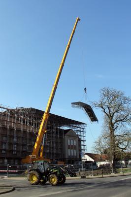 Kran mit Dachteilen (Foto: Daniel Leuschner)