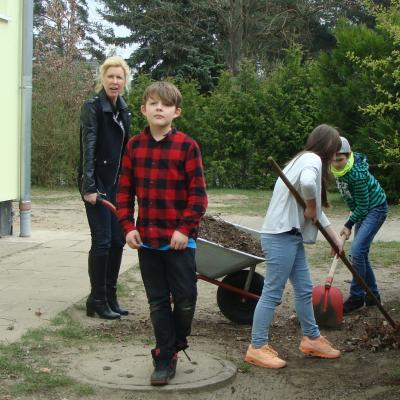 Foto zur Meldung: Schüler beim Frühjahrsputz an der Grundschule Rehfelde
