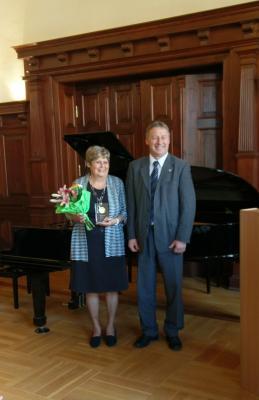 Vorschaubild zur Meldung: Verleihung des Ehrenpreises des Landkreises an Bärbel Sola