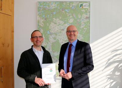 Foto zur Meldung: Steffen Malucha ist neuer Kreisbrandmeister - Landrat überreicht Bestellungsurkunde