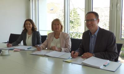 Von links: Bürgermeisterin Monika Böttcher, Ute Rohn-Bernhard (Geschäftsführerin Firma Spahn) und Erster Stadtrat Ralf Sachtleber.