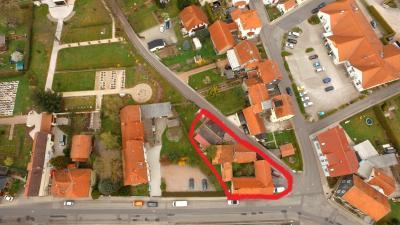 Eingerahmt das Anwesen Münsterstraße 33, welches die Gemeinde käuflich erwerben und als Parkplatz für den Friedhofbetrieb gestalten möchte.