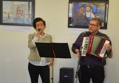 Projektkoordinatorin Bruna Leuner und Fotograf Ralf Schuster stimmten die Gäste musikalisch auf die Ausstellung ein. Foto: Landkreis
