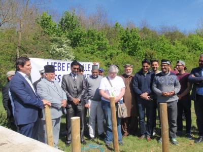 Foto zur Meldung: Gemeinsame Pflanzaktion am Lärmschutzwall: Schutzgemeinschaft Deutscher Wald und Ahmadiyya Muslim Jamaat Gemeinde pflanzen eine Fichte und eine Winterlinde