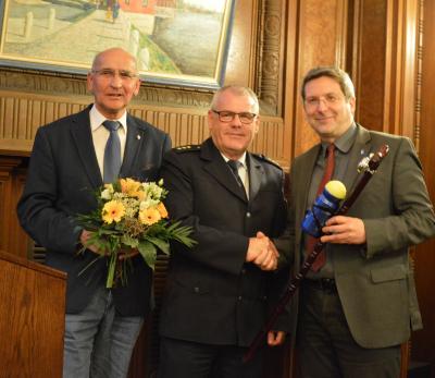 Bernd Gehrhardt (l.) und Bürgermeister Oliver Hermann (r.) verabschieden Peter Schröder herzlich. I Foto: Christiane Schomaker