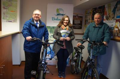 Bürgermeister Richard Stabl, Tourismuschefin Julia Braun und Siegfried Neumeier stellten in der Tourist-Information die E-Bikes und den neuen Veranstaltungsflyer vor.