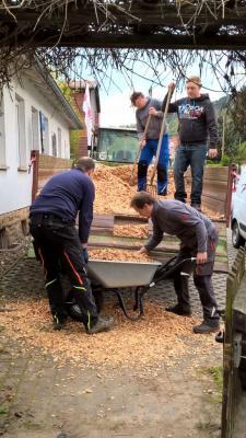 """Eltern und Erzieherinnen verschönern das Außengelände der JUH-Kita """"Wichtelburg"""""""