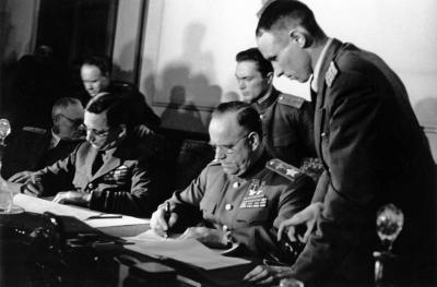 Entgegennahe der bedingslosen Kapitulation in Berlin-Karlshorst