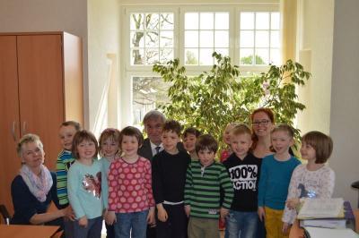 """Foto zur Meldung: """"Müssen wir die Schuhe ausziehen?"""" - Kinder der Kita Villa Kleeblatt besuchen das Rathaus"""