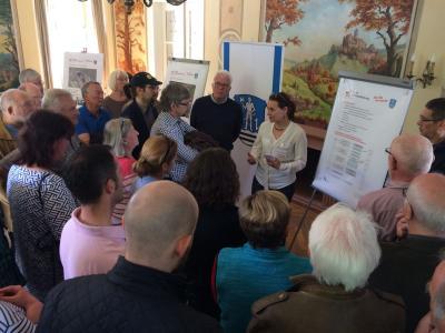Foto zeigt Veranstaltung im Gartensaal – Frau Ulrike Hesse stellt das Stadtumbauprojekt vor