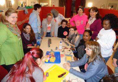 Spielmaterialien für Kinder mal ganz anders: Beim letzten Workshop der SKM bekamen Tagesmütter aus Maintal wertvolle Impulse für die tägliche Arbeit. Foto:Stadt Maintal