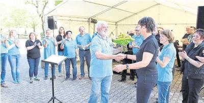 Für Martina Becker, die die urige Lokation auf dem Hermannshof klargemacht hatte, gab's Blümchen vom Laudate-Vorsitzenden. Foto: Mirko Bader