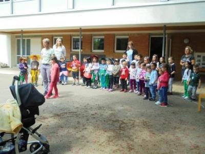 Vorschaubild zur Meldung: Muttertags Singen der Kindergartenkinder