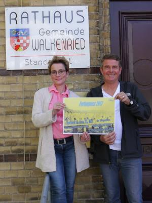 Manuela Hintze und Frank Walter-Klimainsky freuen sich, den neuen Ferienpass präsentieren zu können