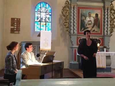 An diesem Abend singen die Sopranistin Elke Schiefelbein und ihre Schülerinnen Miriam van der Linde und Lea Elsner.
